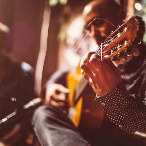 Top 10 der besten Akustikgitarren unter 500 US-Dollar für den Kauf von 2020-Rezensionen